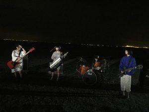 ส่วนตัว MV นั้นพูดถึง ธีมของเพลงนั้นคือ การปีนเขาตอนการคืนแต่เปลี่ยนจากการปีนเขาเป็นเดินชมเมืองตอนการคืนแทน สลับกับซีนที่สมาชิกเล่นดนตรี